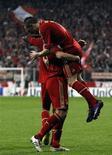 Ivica Olic (esquerda), do Bayern de Munique, levanta Franck Ribery ao comemorar um gol durante sua partida contra o Olympique de Marselha em Munique, 3 de abril de 2012. REUTERS/Michaela Rehle
