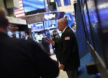 Трейдер работает на бирже в Нью-Йорке, 30 марта 2012 года. Американские акции снизились во вторник, при этом индекс S&P 500 отступил от четырехлетних максимумов после того, как ФРС США заявила, что уже менее склонна к предоставлению дополнительных экономических стимулов. REUTERS/Brendan McDermid