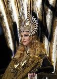 """Madonna mantiene su corona de reina del pop, después de que el martes lograra el trono de la lista de discos del Billboard 200 por octava vez con su álbum """"MDNA"""", que batió al de country de Lionel Richie """"Tuskegee"""" en lo más alto de la lista semanal de ventas. En la imagen, tomada el 5 de febrero de 2012, Madonna entra al escenario durante el descanso de la NFL Super Bowl en Indianápolis, EEUU. REUTERS/Jeff Haynes"""
