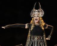 """Cantora Madonna se apresenta durante show do intervalo do campeonato de futebol americano Super Bowl em Indianápolis, Indiana. Madonna ainda é a Rainha do Pop ao assumir pela oitava vez a liderança da parada Billboard 200 com seu recém-lançado álbum """"MDNA"""". 05/02/2012   REUTERS/Mike Segar"""
