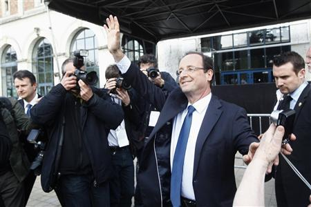 Francois Hollande (C), Socialist Party candidate for the 2012 French presidential election waves to supporters as he campaigns in Blois April 3, 2012. REUTERS/Jacky Naegelen