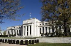 Вид на здание ФРС США в Вашингтоне 3 апреля 2012 года. Федеральная резервная система (ФРС) США в 2011 году заработала без учета расходов около $86 миллиардов на операциях на открытых рынках (SOMA) и направила около $75 миллиардов в казну, сообщил Федеральный резервный банк (ФРБ) Нью-Йорка в среду. REUTERS/Joshua Roberts