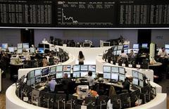 Вид на зал фондовой биржи во Франкфурте-на-Майне 4 апреля 2012 года. Европейские рынки акций закрылись на двухмесячном минимуме в среду, показав максимальное однодневное снижение за месяц, после того как разочаровывающие итоги долгового аукциона Испании усилили озабоченность инвесторов перспективами долгового кризиса еврозоны. REUTERS/Remote/Michael Leckel