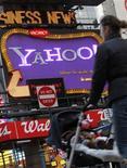 Женщина проходит мимо рекламы Yahoo! на Таймс-сквер в Нью-Йорке 25 января 2010 года. Компания Yahoo Inc заявила, что увольняет 2.000 сотрудников в рамках масштабной реструктуризации. REUTERS/Brendan McDermid