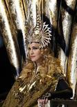 """<p>Imagen de archivo de la cantante Madonna durante su presentación en el intermedio del Super Bowl en Indianapolis, EEUU, feb 5 2012. Madonna mantiene su corona de reina del pop, después de que el martes lograra el trono de la lista de discos del Billboard 200 por octava vez con su álbum """"MDNA"""", que batió al disco de country de Lionel Richie """"Tuskegee"""" en lo más alto de la lista semanal de ventas. REUTERS/Jeff Haynes</p>"""