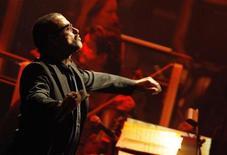 O cantor George Michael se apresenta no Alberta Hall em Londres, 25 de outubro de 2011. Michael está escrevendo uma música sobre sua batalha com uma doença que quase o levou à morte em um hospital de Viena no ano passado, anunciou o cantor britânico no Twitter nesta quarta-feira. REUTERS/Luke MacGregor