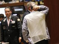 Трейдеры работают в торговом зале биржи на Уолл-стрит в Нью-Йорке, 4 апреля 2012 года. Уолл-стрит снизилась в среду второй день подряд, так как инвесторы обдумывали возможное прекращение монетарных стимулов и аукцион в Испании, результаты которого говорят, что эффект от вливания средств в Европе рассеивается. REUTERS/Brendan McDermid