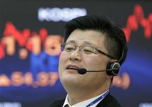 Трейдер следит за ходом торгов в Сеуле, 15 декабря 2008 года. Фондовые рынки Китая и Южной Кореи выросли, а Гонконга и Японии - снизились, причем японские акции подешевели до четырехнедельного минимума.  REUTERS/Jo Yong-Hak