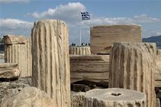 Люди осматривают развалины Акрополиса в Афинах, 14 марта 2012 года. Греция в очередной раз продлила срок обмена гособлигаций для кредиторов частного сектора, предоставив регуляторам дополнительное время для решения судьбы инвесторов, отказавшихся участвовать в обмене. REUTERS/Yiorgos Karahalis
