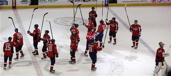 """Хоккеисты """"Вашингтона"""" радуются победе в мачте против """"Флориды"""" в Вашингтоне, 5 апреля 2012 года. """"Флорида"""" впервые за 12 лет сыграет в плей-офф Кубка Стэнли, но поражение в четверг в матче с """"Вашингтоном"""" со счетом 2-4 может в итоге стоить """"пантерам"""" первого места в дивизионе. REUTERS/Larry Downing"""