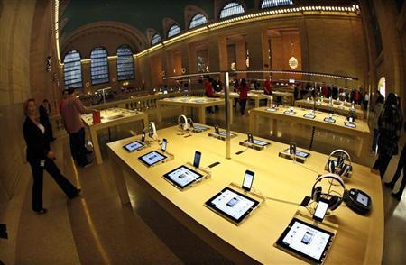 Apple iPad tabelts and iPhones are displayed inside the newest Apple Store in New York City's Grand Central Station December 7, 2011. REUTERS/Mike Segar