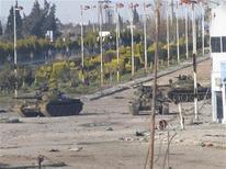Сирийские танки на улицу города Баб-Амро неподалеку от Хомса 12 февраля 2012. Войска и танки продолжили столкновения с повстанцами в пятницу, за четыре дня до согласованной сирийским лидером Башаром Асадом и международным сообществом даты вывода правительственных войск из мятежных городов сообщили активисты. REUTERS/Mulham Alnader/Handout