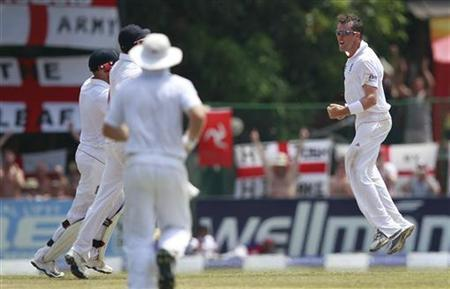 England's Graeme Swann celebrates with teammates after taking the wicket of Sri Lanka's captain Mahela Jayawardene during the final day of final test cricket match in Colombo April 7, 2012. REUTERS/Dinuka Liyanawatte