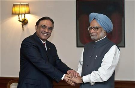 Indian Prime Minister Manmohan Singh (R) shakes hands with Pakistan President Asif Ali Zardari during a meeting in New Delhi April 8, 2012. REUTERS/Prakash Singh/Pool
