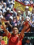 David Ferrer derrotó el domingo al austríaco Jürgen Melzer por 7-5, 6-3 y 6-3 en Oropesa del Mar y dio a España el punto definitivo para clasificarse para semifinales de la Copa Davis, donde se enfrentará a Estados Unidos en casa. En la imagen, Ferrer celebrando su victoria en cuartos de la Davis Cup en Oropesa del Mar el 8 de abril de 2012. REUTERS/Sergio Carmona