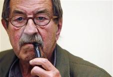 """O vencedor do prêmio Nobel Gunter Grass durante coletiva para promover seu livro """"Descascando a cebola"""", em Madri. 21/05/2007 REUTERS/Susana Vera"""