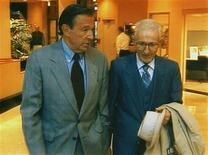 """O apresentador Mike Wallace anda com Dr. Jack Kevorkian (D) em um hotel em Livonia, Michigan, onde Kevorkian foi entrevistado para o programa """"60 Minutes"""" em novembro de 1998. Wallace, o famoso apresentador do programa """"60 Minutes"""", da rede norte-americana CBS, morreu aos 93 anos, informou neste domingo a emissora de TV. Entre as frases famosas de Wallace, está a de que """"não há perguntas indiscretas"""". 25/11/1998 REUTERS/Handout Old"""