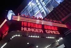 """Propaganda do filme """"Jogos Vorazes"""" é vista no cinema AMC Loews Lincoln Square, em New York. O filme de aventura continuou no topo das bilheterias nos Estados Unidos e no Canadá pelo terceiro fim de semana consecutivo, mantendo-se firme frente à concorrência do remake 3D do """"Titanic"""". 22/03/2012 REUTERS/Allison Joyce"""