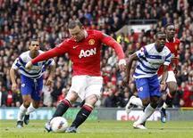 Wayne Rooney, do Manchester United, marca um pênalti contra o Queens Park Rangers no Campeonato Inglês, no Old Trafford, em Manchester, norte da Inglaterra. O United venceu com um pênalti altamente discutível no primeiro tempo e mais um gol típico de Paul Scholes na etapa complementar, o que deixa o time com 79 pontos faltando seis partidas para o final da competição. 08/04/2012 REUTERS/Darren Staples
