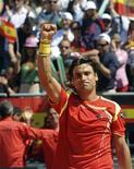 David Ferrer, da Espanha, comemora sua vitória contra o austríaco Jurgen Melzer nas quartas de final da Copa Davis, em Oropesa del Mar, lesta da Espanha. 08/04/2012 REUTERS/Sergio Carmona