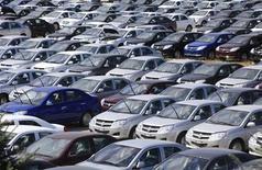 Новые автомобили на заводе Derways в Черкесске 7 сентября 2011 года. Рынок легковых и легких коммерческих автомобилей в РФ вырос в марте 2012 года на 13 процентов до 252.816 штук, сообщила Ассоциация европейского бизнеса (АЕБ) в понедельник. REUTERS/Eduard Korniyenko