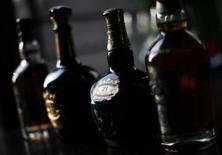 Бутылки виски, сфотографированные во время интервью в Шанхае, 8 декабря 2010 года. Крупный российский производитель крепкого алкоголя Синергия нарастил отгрузки продукции на 13 процентов в годовом выражении до 2,717 миллиона декалитров за первый квартал 2012 года, сообщила компания в понедельник. REUTERS/Carlos Barria