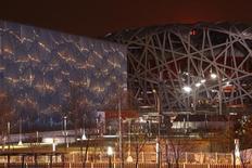 """Estádio Nacional da China (D), conhecido como """"Ninho de Pássaro"""", e o Centro Nacional Aquático, conhecido como """"Cubo D'Água"""", em Pequim. Quatro anos depois de Pequim sediar uma Olimpíada espetacular, a  capital da China vê amplas melhorias no transporte público e na infraestrutura, mas muitas arenas construídas definham por falta de cuidado e de uso.  31/03/2012  REUTERS/David Gray"""