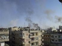 Дым поднимается над одним из районов обстреливаемого Хомса в Сирии 8 апреля 2012. Сирийский конфликт в понедельник вышел за пределы страны и распространился на территорию Турции, а правительственные войска продолжили столкновения с повстанцами за день до даты, когда должны покинуть занятые города плана мирного урегулирования, согласованного с ООН. REUTERS/Waseem Al Qusoor/Shaam News Network/Handout