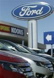 Автомобили Ford Focus в дилерском центре автогиганта в Силвер-Спринг, Мэрилэнд, 3 апреля 2012 года. Американский автогигант Ford Motor Co отзывает более 140.000 машин Focus 2012 модельного года в США из-за возможных проблем с мотором стеклоочистителя со стороны пассажира, сообщили регуляторы США. REUTERS/Gary Cameron