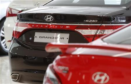 Hyundai Motor's Grandeur (C) and other sedans are displayed at a gallery-style Hyundai dealership in Seoul April 5, 2012. REUTERS/Kim Hong-Ji