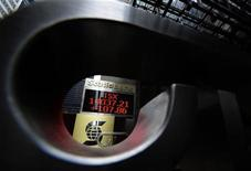 An electronic board displays the midday TSX index in Toronto February 16, 2011. REUTERS/Mark Blinch