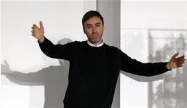 O desenhista belga Raf Simons reage aos aplausos do público no final de um desfile na Milan Fashion Week, 25 de fevereiro de 2012. Simons está assumindo o cargo de diretor artístico da Christian Dior, disse a grife parisiense na segunda-feira, após meses de especulações sobre quem seria o sucessor de John Galliano, demitido após declarações antissemitas. REUTERS/Alessandro Garofalo