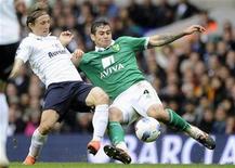 Luka Modric (esquerda), do Tottenham Hotspur, é desafiado por Bradley Johnson, do Norwich City, durante sua partida no White Hart Lane em Londres, 9 de abril de 2012. REUTERS/Paul Hackett