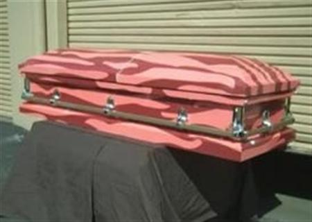 4月9日、米シアトルの食品会社J&Dフーズがベーコンの塊を模したユニークな棺の販売を始めたが、広く人気を得るのは難しそうだ(2012年 ロイター)