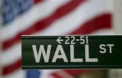 Уличный указатель на Уолл-стрит в Нью-Йорке, 5 августа 2011 года. Уолл-стрит снизилась четвертый день подряд в понедельник, поскольку инвесторы восприняли разочаровывающие данные о рынке труда конца прошлой недели как повод к росту опасений о темпах восстановления экономики США. REUTERS/Lucas Jackson