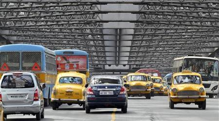 Traffic moves across Howrah Bridge in Kolkata April 8, 2011. REUTERS/Rupak De Chowdhuri/Files