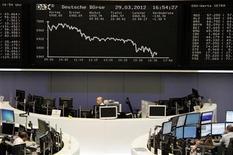Торговый зал Франкфуртской фондовой биржи, 29 марта 2012 года. Европейские акции снижаются из-за слабых показателей занятости в США и данных о китайском импорте. REUTERS/Remote/Michael Leckel