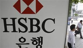 <p>Agence HSBC à Séoul. HSBC, première banque d'Europe, a ouvert des discussions sur la vente de ses activités au Pakistan et sur la diminution de ses activités de détail en Corée du Sud, confirmant sa volonté de quitter les pays où elle juge son envergure insuffisante ou peine à dégager des bénéfices. /Photo d'archives/REUTERS/Lee Jae-Won</p>