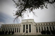 Здание ФРС США в Вашингтоне, 16 сентября 2008 года. Анемичный рост американского рынка труда и слабое экономическое восстановление вынудят Федрезерв США реализовать еще один масштабный блок стимулирующих мер, считает большинство крупных компаний Уолл-стрит. REUTERS/Jim Young