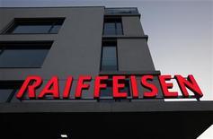 Логотип банка Raiffeisen на крыше его отделения в Ньоне, 10 февраля 2012 года. Российский Райффайзенбанк, заработавший в 2011 году рекордную прибыль и нарастивший портфель на 22 процента, ждет в этом году меньших темпов увеличения кредитного рынка, чем в прошлом, на фоне снижения спроса и нехватки капитала в банковском секторе. REUTERS/Denis Balibouse