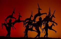 """Atores vestidos de gazela atuam durante ensaio para o espetáculo musical """"O Rei Leão"""" em Madri, em outubro de 2011. A Disney anunciou que """"O Rei Leão"""" superou no fim de semana o recorde histórico de bilheteria na Broadway que pertencia a """"O Fantasma da Ópera"""", acumulando um faturamento de 853,8 milhões de dólares. 12/10/2011 REUTERS/Sergio Perez"""
