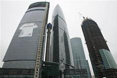 Строящиеся небоскребы в Москва-сити 11 февраля 2009 года. Девелоперская компания Сергея Полонского, ранее называвшаяся MIrax Group, вышла на финальную прямую реструктуризации публичного долга объемом $440 миллионов: фирма объявила о начале сбора заявок на обмен старых бумаг на новые, итоги которого станут известны 26 апреля. REUTERS/Alexander Natruskin