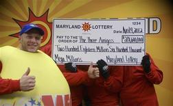 <p>Un employé de la loterie du Maryland (à gauche) avec trois employés de l'enseignement public du même Etat ayant remporté ensemble une partie de la super-cagnotte de 656 millions de dollars tirée le 30 mars et qui ont demandé à conserver l'anonymat. Ces trois amis -un instituteur, un éducateur spécialisé et un autre employé de l'enseignement public du Maryland- vont se partager cette somme avec deux autres vainqueurs dans l'Illinois et le Kansas. /Photo prise le 10 avril 2012/REUTERS/Loterie du Maryland</p>