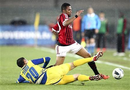 AC Milan's Robinho (R) fights for the ball against Chievo Verona's Gennaro Sardo during their Italian serie A soccer match at Marcantonio Bentegodi stadium in Verona, April 10, 2012. REUTERS/Stringer