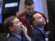 Трейдеры работают на бирже в Нью-Йорке, 10 апреля 2012 года. Продажи акций в США усилились во вторник, и Уолл-стрит снизилась пятый день подряд, показав максимальное падение котировок с начала декабря прошлого года на фоне начала наиболее активного периода выхода отчетов компаний за первый квартал. REUTERS/Brendan McDermid (UNITED STATES - Tags: BUSINESS)