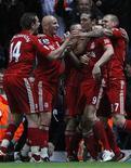"""Футболисты """"Ливерпуля"""" поздравляют Энди Кэрролла (второй справа) с голом, забитым в ворота """"Блэкберна"""" в гостевой встрече, 10 апреля 2012 года. Девятый гол Энди Кэрролла почти за год принес оставшемуся в меньшинстве """"Ливерпулю"""" победу над стоящим на грани вылета из Премьер-лиги """"Блэкберном"""" со счетом 3-2. REUTERS/Darren Staples"""