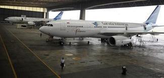 <p>Le ministère des Entreprises publiques indonésien a confirmé que la compagnie Garuda allait commander onze A330 au consortium européen Airbus. La commande, qui représente une transaction de 2,5 milliards de dollars au prix catalogue, doit être officialisée dans la journée par le Premier ministre Britannique David Cameron, qui entame une visite de 24 heures dans l'archipel. /Photo d'archives/REUTERS/Dadang Tri</p>