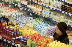 Женщина выбирает продукты в супермаркете в Киеве, 18 февраля 2009 года. Рост выручки крупнейшего ритейлера РФ по продажам X5 Retail Group резко замедлился за январь-март 2012 года из-за продолжающегося падения трафика в магазинах всех форматов и почти нулевого роста среднего чека. REUTERS/Konstantin Chernichkin