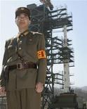 Военный охраняет ракетную пусковую площадку в Северной Корее. Фото сделано в ходе организованного властями страны тура для представителей мировой прессы  8 апреля 2012. Северная Корея в среду приступила к заправке топлива в ракету дальнего радиуса действия для очередного пробного пуска, тревожа своими планами соседей по региону. REUTERS/Kyodo