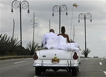 Невеста и жених на свадебном торжестве в Гаване, 15 января 2011 г. Власти Нью-Йорка арестовали и обвинили в мошенничестве невесту, притворившуюся больной раком для сбора средств на свадьбу своей мечты. REUTERS/Desmond Boylan
